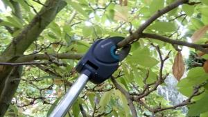 Foto vom Gardena StarCut 410 BL Baumschneider beim Astschnitt